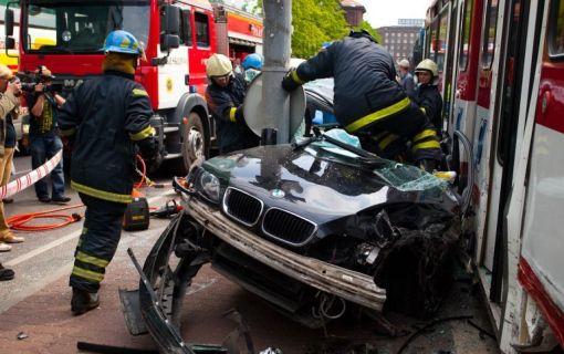 BMW 3-Series Touring crash between Tram and Traffic Pole Tallin, Estonia img_1