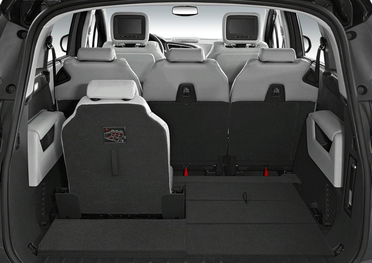 New peugeot 5008 officially revealed 7 passenger compact for Interieur nouveau 3008